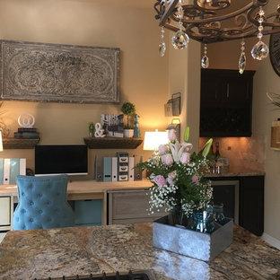 Foto di un piccolo ufficio classico con pareti beige, pavimento in marmo, nessun camino, scrivania incassata e pavimento bianco