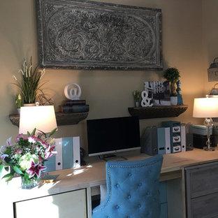 ヒューストンの小さいトランジショナルスタイルのおしゃれな書斎 (ベージュの壁、大理石の床、暖炉なし、造り付け机、白い床) の写真