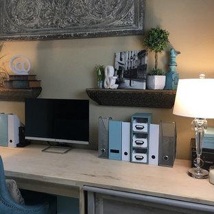 Idee per un piccolo ufficio classico con pareti beige, pavimento in marmo, nessun camino, scrivania incassata e pavimento bianco