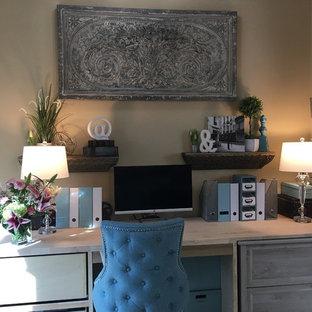Kleines Klassisches Arbeitszimmer ohne Kamin mit Arbeitsplatz, beiger Wandfarbe, Marmorboden, Einbau-Schreibtisch und weißem Boden in Houston