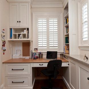 Idee per uno studio classico con pareti bianche, parquet scuro e scrivania incassata