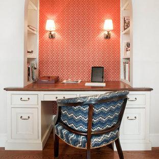 Imagen de despacho tradicional, sin chimenea, con paredes blancas, suelo de madera en tonos medios, escritorio empotrado y suelo marrón