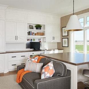 Idee per uno studio country con pareti marroni, pavimento in legno massello medio, nessun camino, scrivania incassata e pavimento marrone