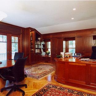 ボストンの大きいトラディショナルスタイルのおしゃれなホームオフィス・仕事部屋 (ラミネートの床、造り付け机) の写真