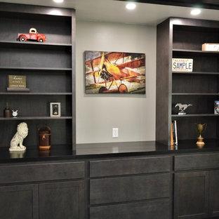 Immagine di un ufficio chic di medie dimensioni con pareti grigie, pavimento in legno verniciato e pavimento nero