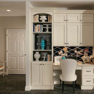 ジャクソンビルの小さいトラディショナルスタイルのおしゃれな書斎 (グレーの壁、スレートの床、暖炉なし、造り付け机、グレーの床) の写真