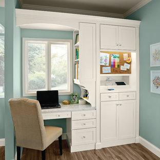 Imagen de despacho clásico, pequeño, sin chimenea, con paredes azules y escritorio empotrado