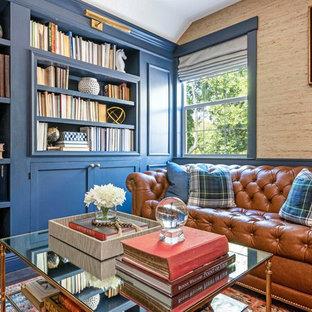 Klassisches Arbeitszimmer mit beiger Wandfarbe, dunklem Holzboden und braunem Boden in Sonstige