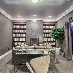 デンバーのモダンスタイルのおしゃれなホームオフィス・仕事部屋 (グレーの壁、カーペット敷き、標準型暖炉、タイルの暖炉まわり、自立型机、ベージュの床) の写真