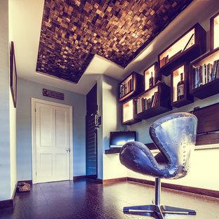 Ispirazione per un piccolo ufficio minimal con pareti blu e scrivania incassata