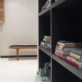 Esempio di uno studio moderno con libreria, pareti grigie, pavimento in legno verniciato, scrivania autoportante e pavimento bianco