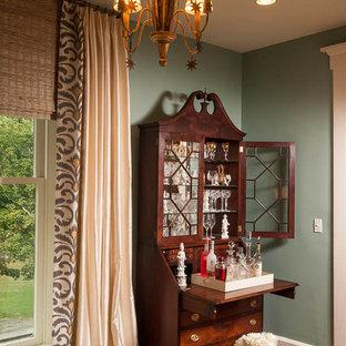 Mittelgroßes Eklektisches Arbeitszimmer mit Arbeitsplatz, blauer Wandfarbe, braunem Holzboden, Kamin, Kaminsims aus Stein und freistehendem Schreibtisch in Louisville
