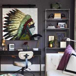 ワシントンD.C.の中サイズのトランジショナルスタイルのおしゃれな書斎 (暖炉なし、自立型机、黒い壁、黒い床) の写真