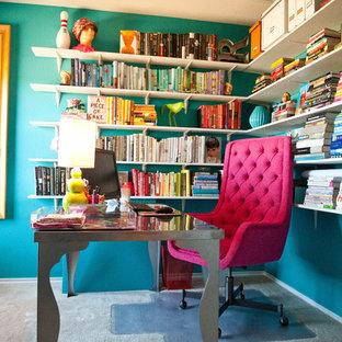 Diseño de despacho bohemio con paredes azules, moqueta y escritorio independiente