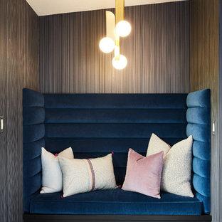 Idee per un ufficio minimalista con pareti nere, pavimento in gres porcellanato e pavimento nero