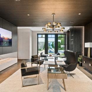 Ejemplo de despacho madera y madera, contemporáneo, madera, sin chimenea, con paredes negras, suelo de madera en tonos medios, escritorio independiente, suelo marrón y madera