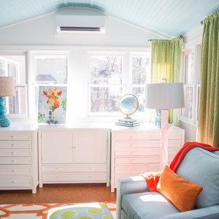 アトランタの中くらいのトラディショナルスタイルのおしゃれなクラフトルーム (白い壁、コルクフローリング、自立型机) の写真