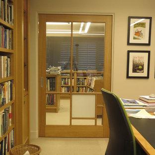 Diseño de despacho tradicional, extra grande, sin chimenea, con paredes blancas, moqueta y escritorio independiente