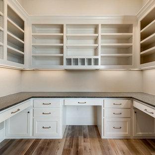 Immagine di uno studio chic di medie dimensioni con pareti beige, pavimento in legno massello medio e scrivania incassata