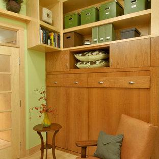 ミネアポリスのコンテンポラリースタイルのおしゃれなホームオフィス・書斎 (緑の壁、淡色無垢フローリング) の写真