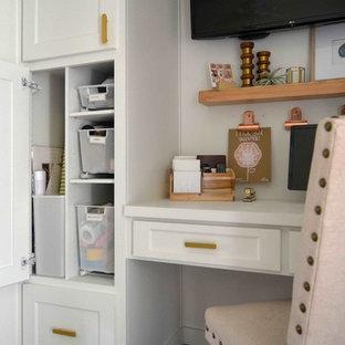 ダラスのトランジショナルスタイルのおしゃれなクラフトルーム (レンガの床、造り付け机) の写真