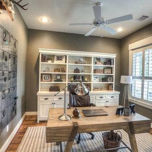 ヒューストンの大きいカントリー風おしゃれな書斎 (茶色い壁、濃色無垢フローリング、暖炉なし、自立型机、茶色い床) の写真