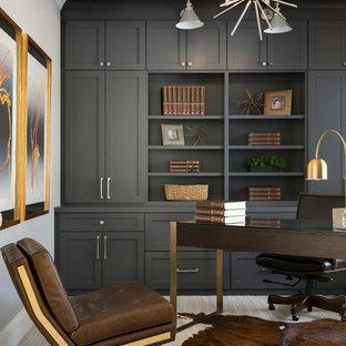 Ispirazione per uno studio chic con libreria, pareti beige, moquette, scrivania autoportante e pavimento beige