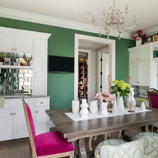 Bild på ett mellanstort funkis hobbyrum, med gröna väggar, korkgolv, ett inbyggt skrivbord och grått golv
