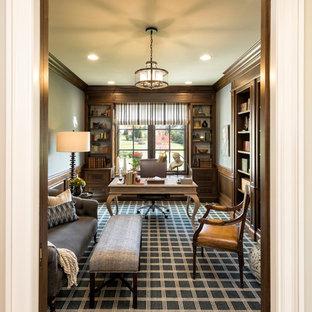ミネアポリスの大きいトラディショナルスタイルのおしゃれな書斎 (グレーの壁、カーペット敷き、暖炉なし、自立型机、マルチカラーの床) の写真