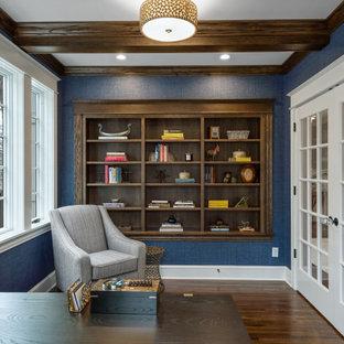 ミネアポリスのビーチスタイルのおしゃれなホームオフィス・書斎 (ライブラリー、青い壁、濃色無垢フローリング、暖炉なし、茶色い床、表し梁) の写真