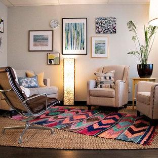 ポートランドの中くらいのエクレクティックスタイルのおしゃれな書斎 (グレーの壁、竹フローリング、造り付け机、茶色い床) の写真