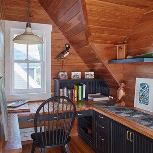 ミネアポリスのカントリー風おしゃれな書斎 (無垢フローリング、造り付け机、茶色い壁、茶色い床) の写真