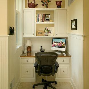 Inspiration för stora klassiska arbetsrum, med beige väggar, heltäckningsmatta och ett inbyggt skrivbord