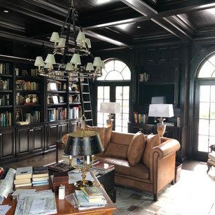 シカゴの巨大なトラディショナルスタイルのおしゃれなホームオフィス・書斎 (ライブラリー、茶色い壁、濃色無垢フローリング、標準型暖炉、木材の暖炉まわり、自立型机、茶色い床) の写真