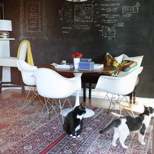 バンクーバーの中くらいのエクレクティックスタイルのおしゃれなアトリエ・スタジオ (白い壁、ラミネートの床、自立型机) の写真