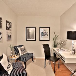 Réalisation d'un petit bureau design de type studio avec un mur beige, un sol en bois brun, un bureau indépendant, aucune cheminée et un sol beige.