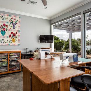 フェニックスの大きいトランジショナルスタイルのおしゃれな書斎 (グレーの壁、コンクリートの床、暖炉なし、自立型机、グレーの床) の写真