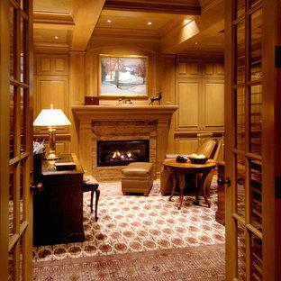 Foto di un grande ufficio chic con camino classico, cornice del camino in legno, scrivania autoportante, pareti marroni, pavimento in legno massello medio e pavimento marrone