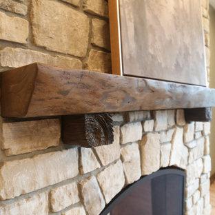 Diseño de despacho grande con paredes verdes, suelo de madera en tonos medios, chimenea de doble cara, escritorio independiente y suelo marrón