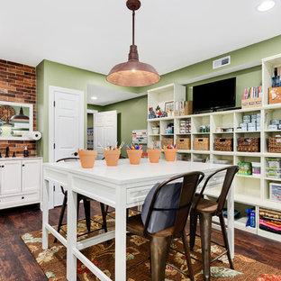 Пример оригинального дизайна: кабинет в стиле кантри с местом для рукоделия, зелеными стенами, темным паркетным полом и отдельно стоящим рабочим столом