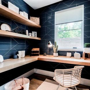 Ejemplo de despacho actual, pequeño, sin chimenea, con escritorio empotrado, paredes azules y suelo de madera clara