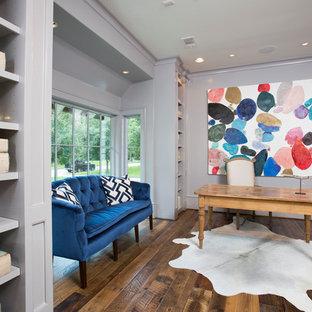 ヒューストンの大きいトランジショナルスタイルのおしゃれな書斎 (紫の壁、濃色無垢フローリング、自立型机、暖炉なし) の写真