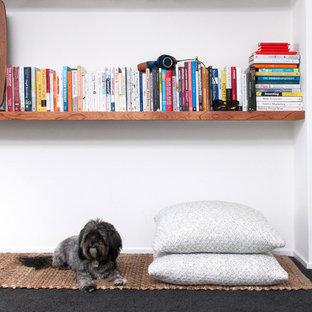Ispirazione per un grande studio nordico con pareti bianche, moquette, nessun camino, scrivania autoportante e pavimento nero