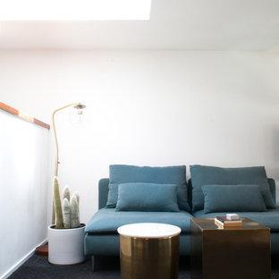 На фото: большой кабинет в скандинавском стиле с белыми стенами, ковровым покрытием, отдельно стоящим рабочим столом и черным полом без камина с