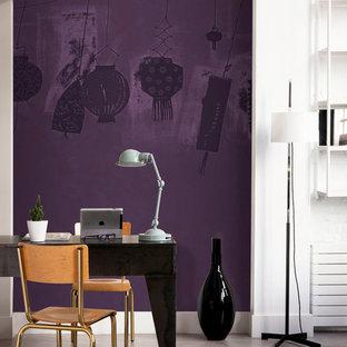 Inredning av ett modernt mellanstort hemmabibliotek, med lila väggar och ett fristående skrivbord