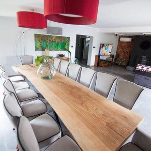 マンチェスターの巨大なモダンスタイルのおしゃれなホームオフィス・書斎 (木材の暖炉まわり) の写真