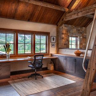 Imagen de despacho rural, grande, con escritorio empotrado, suelo marrón, paredes blancas y suelo de madera en tonos medios