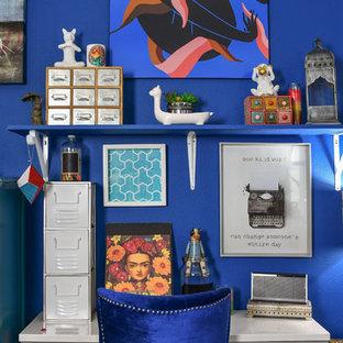 Foto di un grande studio eclettico con pareti blu, scrivania autoportante e pavimento grigio
