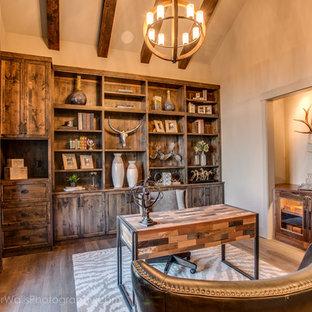 オースティンの中くらいのラスティックスタイルのおしゃれな書斎 (ベージュの壁、無垢フローリング、暖炉なし、自立型机) の写真