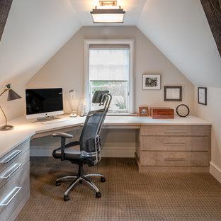 Идея дизайна: рабочее место в стиле рустика с белыми стенами, ковровым покрытием и встроенным рабочим столом